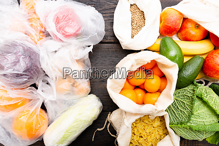 verdure fresche e frutta in sacchetti