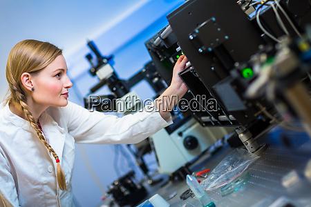 ricercatrice donna che conduce ricerche in