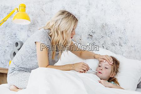 bambino malato in letto madre si