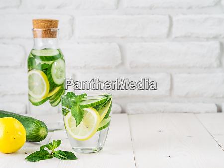 acqua disintossata infusa con cetriolo limone