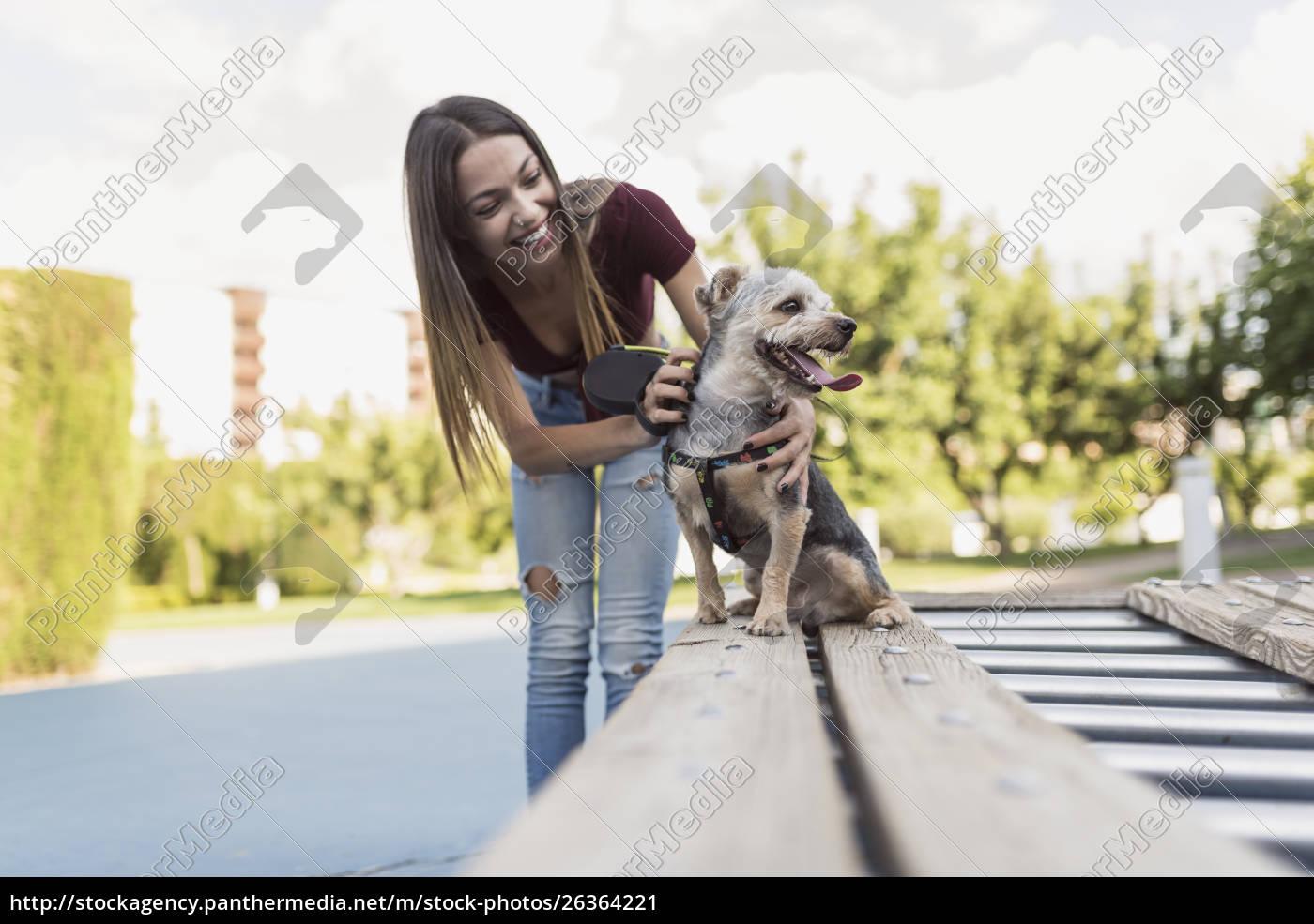 giovane, donna, che, allena, il, suo - 26364221