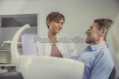 dentista femminile parlare con il suo