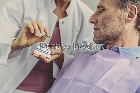 dentista che spiega il ponte dentale