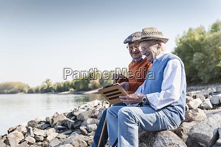 due vecchi amici seduti in riva