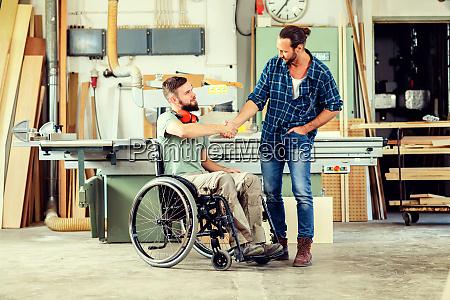 operaio in sedia a rotelle in