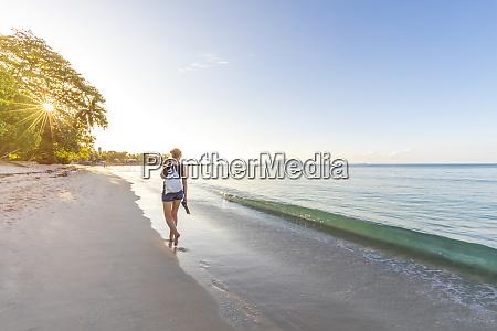 seychelles, mahe, spiaggia, di, beau, vallon, donna, a, piedi - 26521210