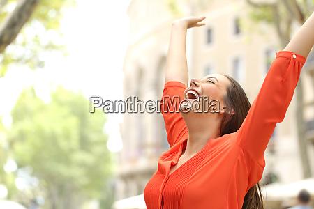 eccitato donna alzando le braccia in
