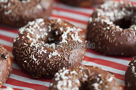 deliziose ciambelle al cioccolato decorate