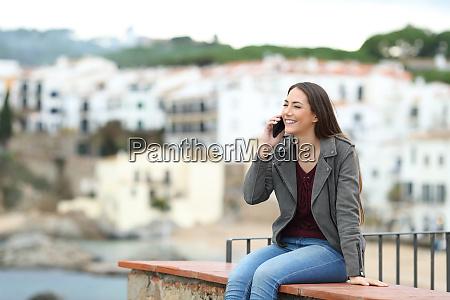 felice donna che parla al telefono