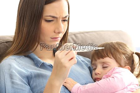 madre controllo termometro con il suo