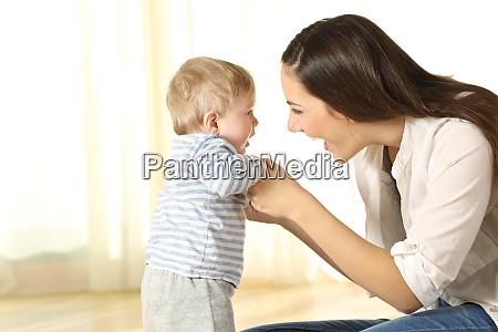 madre aiutare il suo bambino figlio