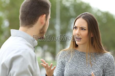 coppia parlando seriamente allaperto