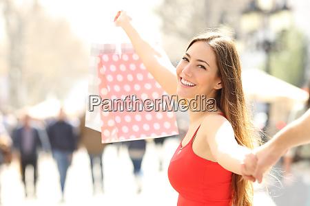 buon shopper a piedi mostrando shopping