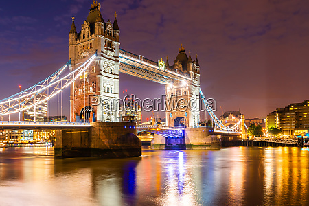 london tower bridge con edificio in
