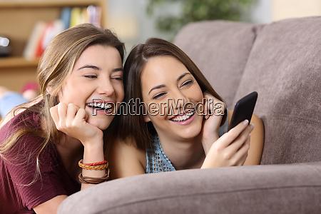 due amici che guardano contenuti multimediali