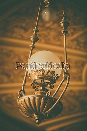 vecchio lampadario appeso al soffitto