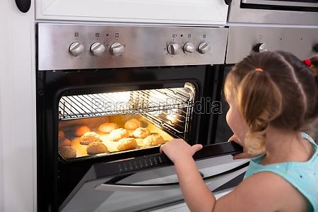 ragazza cottura biscotti in forno