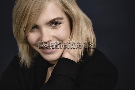 ritratto di sorridente bionda giovane donna