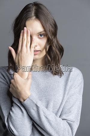 ritratto di bruna giovane donna oscurato