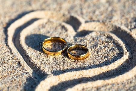 anelli di nozze doro allinterno del