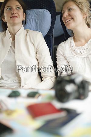 due donne seduti su un treno