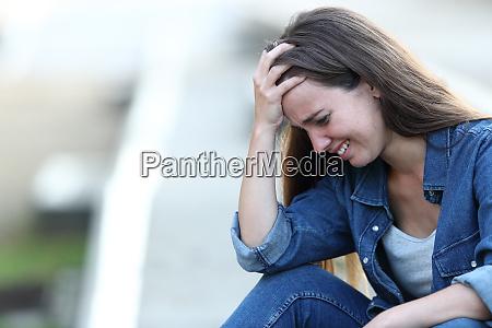 ragazza triste che piange da sola