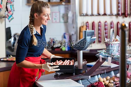 vendita donna in macelleria mettendo diversi
