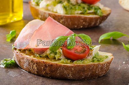 pane toscano tostato con pesto