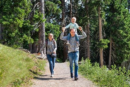 sentiero escursionistico per passeggiate in famiglia