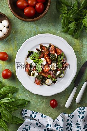 insalata di basilico pomodoro e mozzarella