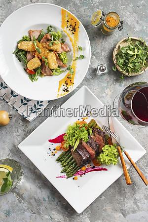 cene di roast beef e insalata