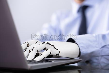 uomo con mano protesica che lavora