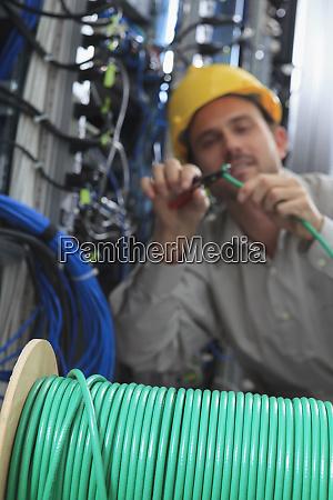 ingegnere di rete che taglia la