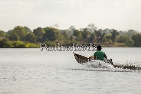 uomo, in, legno, motorizzato, velocità, canoa - 27335611