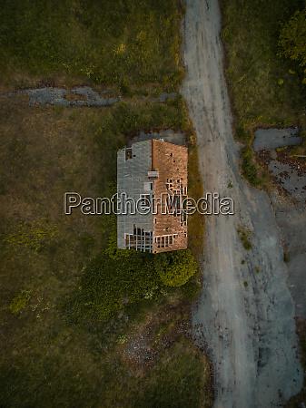 vista aerea di un tetto distrutto