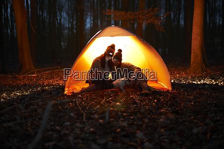 coppia, utilizzando, tablet, digitale, all'interno, tenda - 27457292