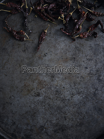 natura morta rustica con peperoncini essiccati