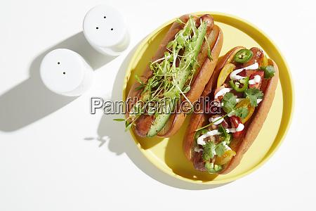 due, hotdog, guarniti, su, piastra, gialla, natura - 27459198
