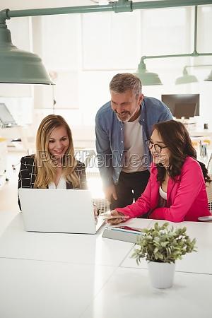 dirigenti che discutono su laptop alla