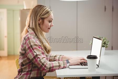 dirigente femminile che lavora su laptop