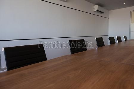 sedie da ufficio vuote al tavolo