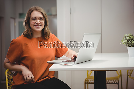 ritratto di dirigente femminile sorridente utilizzando