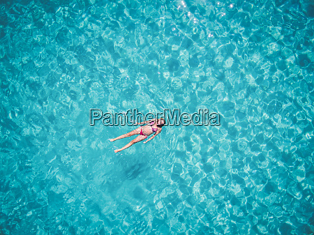 bella donna che nuota in mare