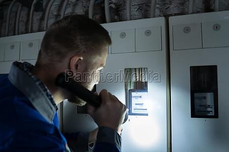 elettricista che esamina un fusebox