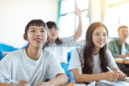 adolescente asiatico studente studio con compagno