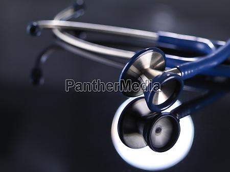 primo tempo di stetoscopio sul tavolo