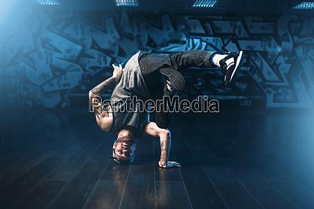 movimenti breakdance performer in studio danza