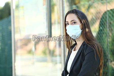 donna che indossa una maschera per