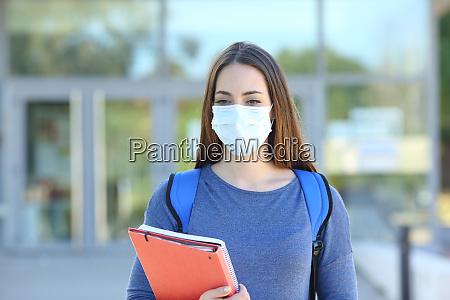 studente che indossa una maschera a