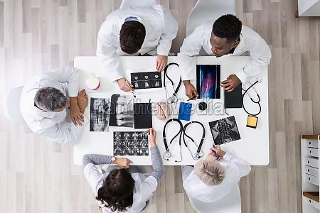 medici che guardano le immagini a